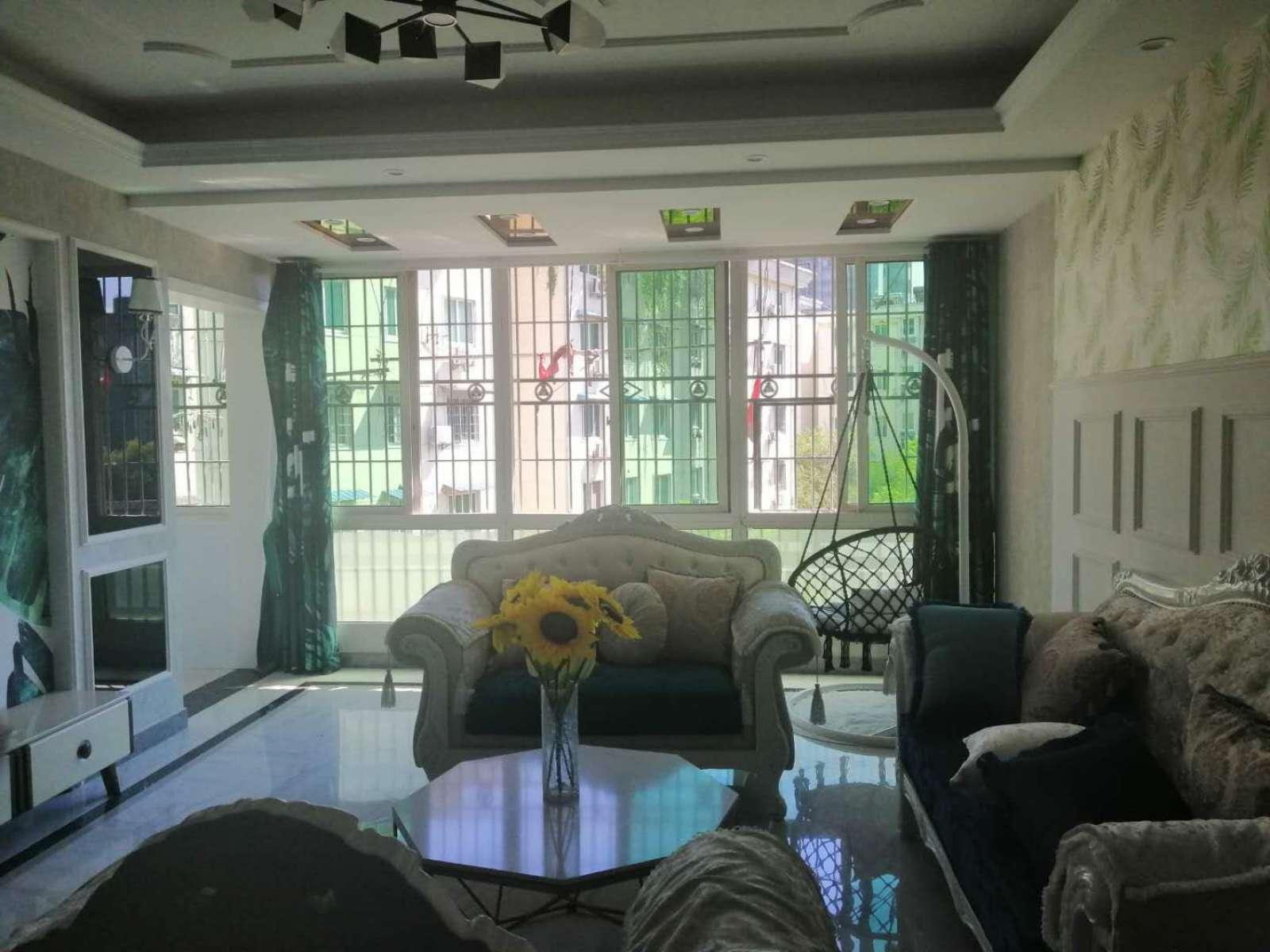 鸿丰花园精装大三房、位置绝佳、出行方便、